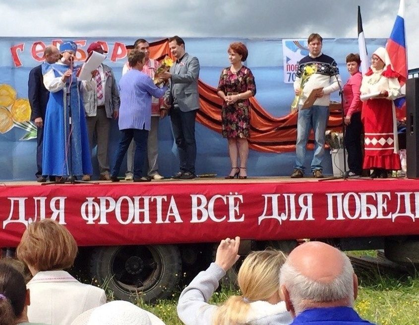 На празднике два депутата Госсовета УР Алексей Вахрушев и Софья Широбокова стоят рядом. Фото: vk.com (Алексей Вахрушев)