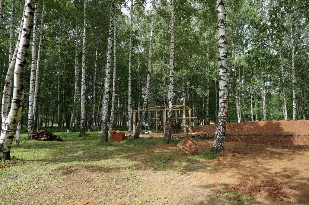 Строительство дома у пруда. Фото ©День.org