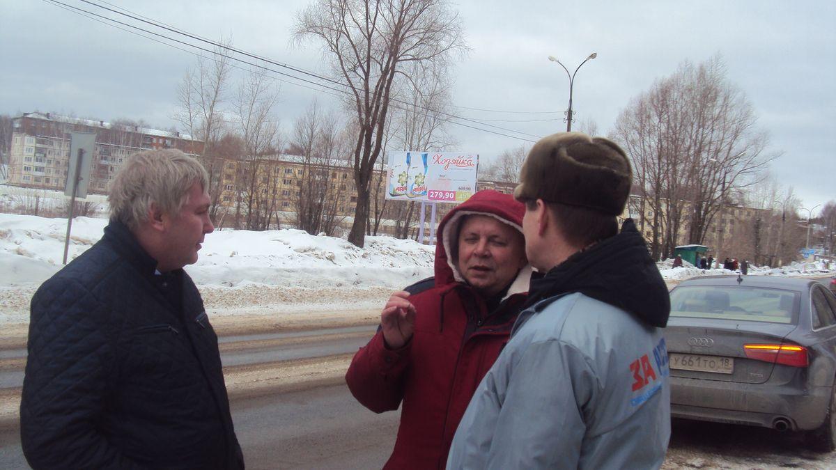 Виктор Кислицин объясняет Ломаеву и Цаплину, почему перекресток оборудован неподобающим образом. Фото: © «ДЕНЬ.org»