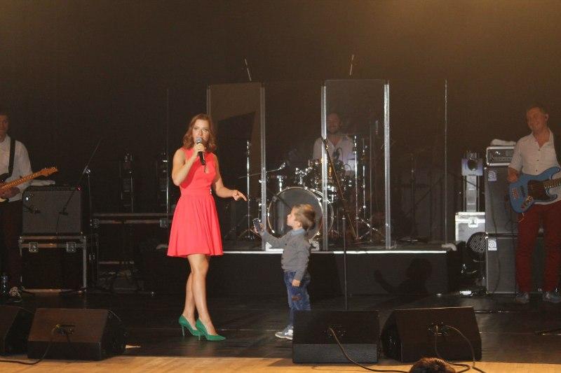 Во время выступления в Кизнере юный зритель подарил певице свою машинку. Фото: vk.com