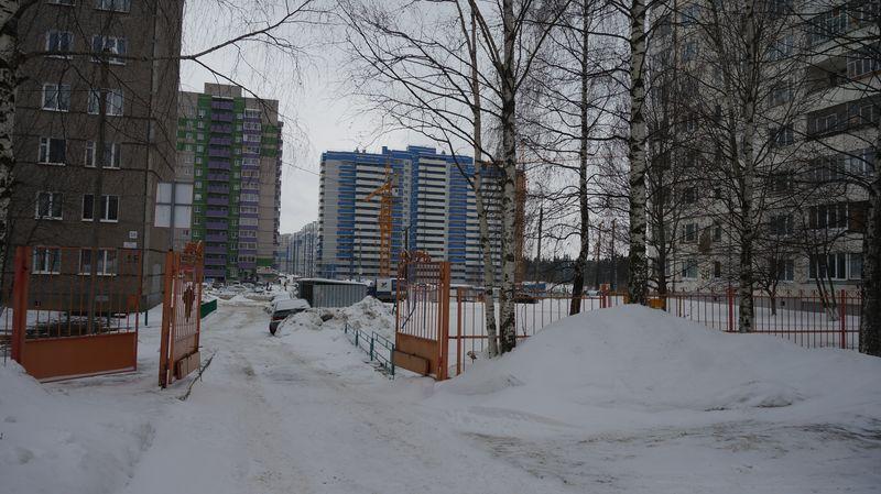Прямой выезд с территории «Нейрона» на улицу. Фото: «ДЕНЬ.org»