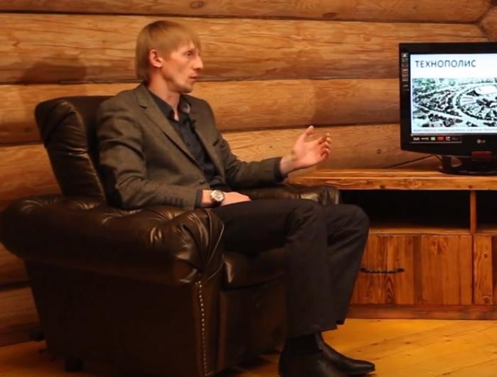"""Николай Мамаев рассказывает о своем проекте. Фото: Стоп-кадр из видеоролика канала """"Технополис"""""""