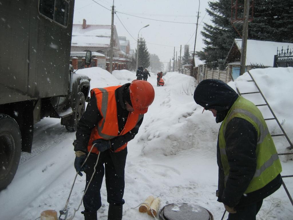 Работники «Ижводоканала» затыкают трубы. Фото: Александр Феденев