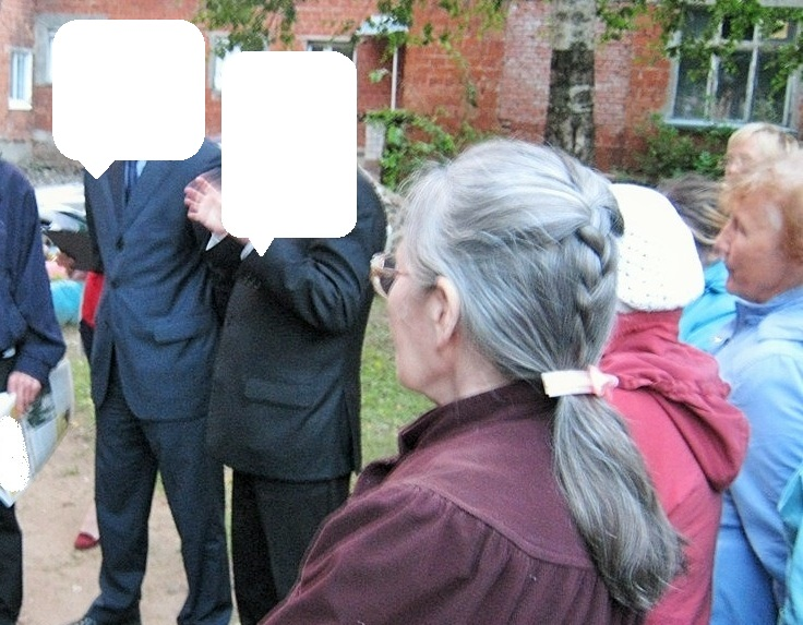 Два Кандидата от Партии общаются с избирателями. Фото ©День.org