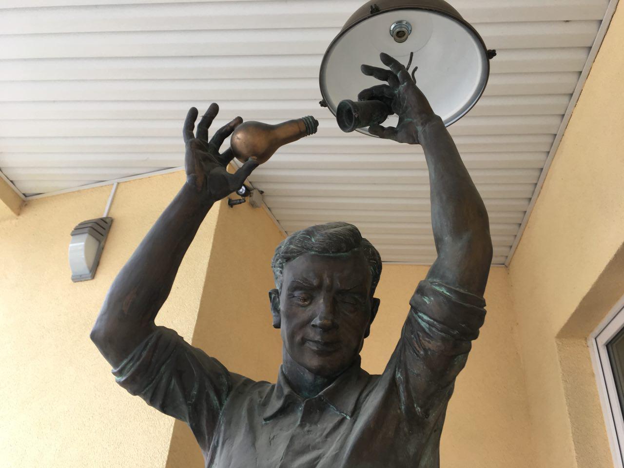 Скульптура электрика на пороге офиса «Ижевских электрических сетей», по мнению внимательных горожан, чем-то напоминает черты нового главы Ижевска. Фото «День.org»