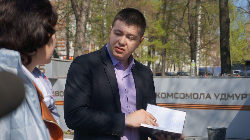 Заместителя начальника отдела благоустройства Первомайского района журналисты назвали мальчиком для битья.Фото: © «ДЕНЬ.org»