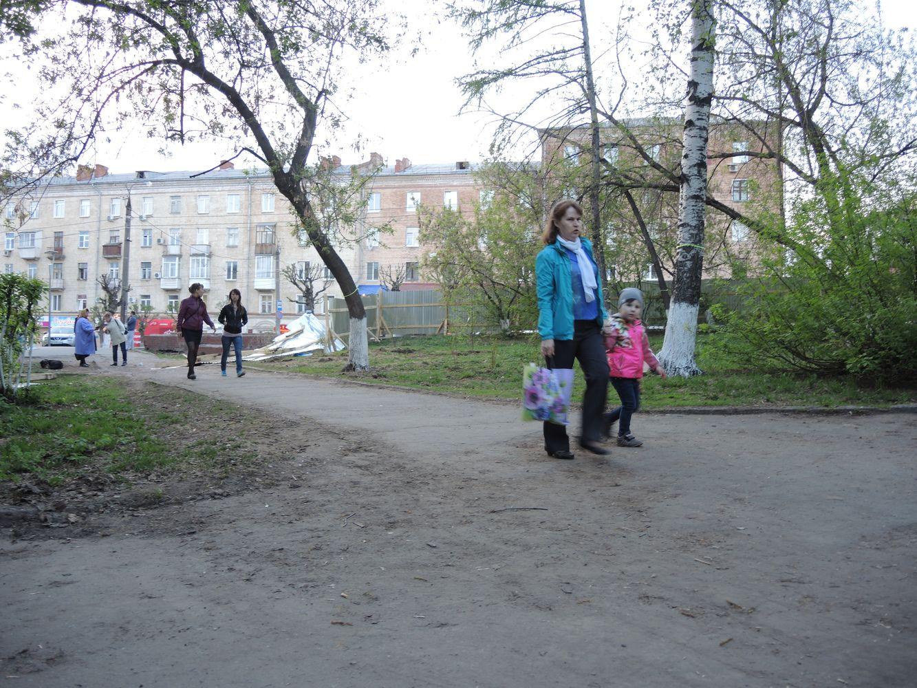 Проторенная кем-то дорожка через сквер, огражденный забором. Фото ©День.org