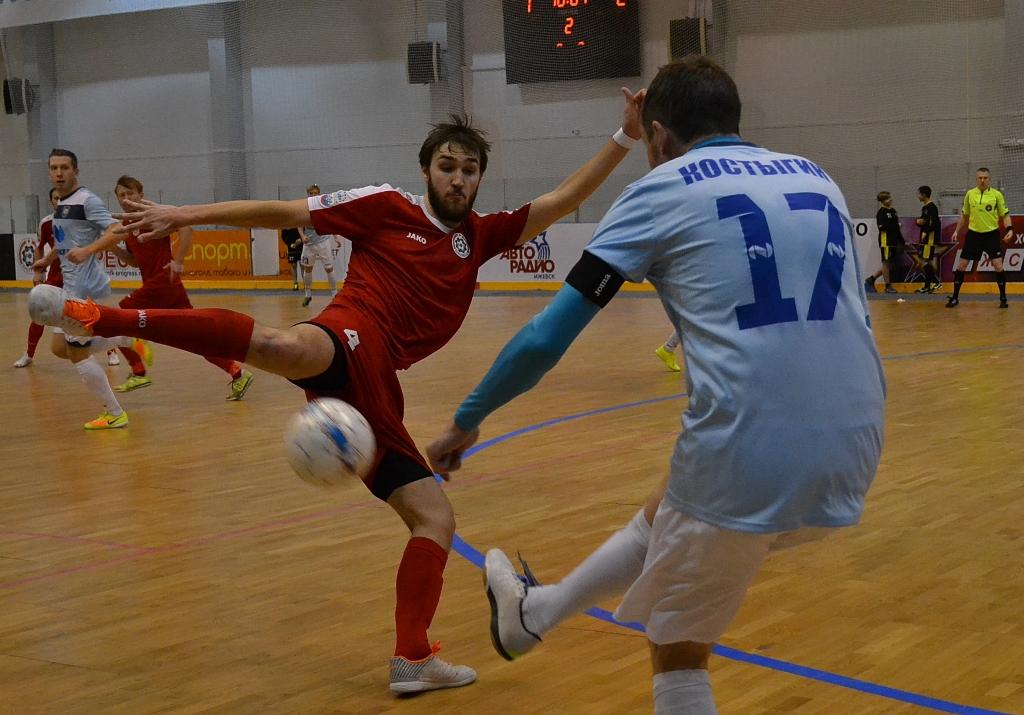 Владимир Разуванов старался забивать голы и пытался перехватывать мячи. Фото: Александр Поскребышев