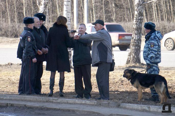 Во время следственных действий. Здесь, судя по всему Николай Генералов нанёс своему обидчику удары по голове. 2 апреля 2015 года.