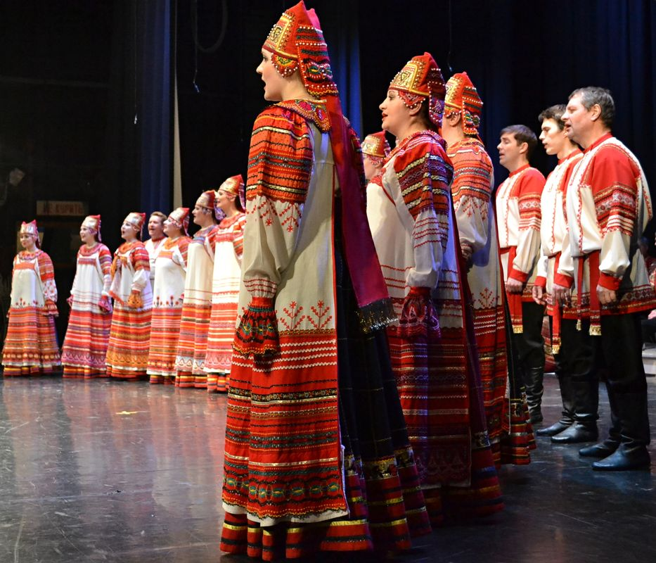 Хоровая труппа исполняет песню «Зимушка-зима». Фото: Александр Поскребышев