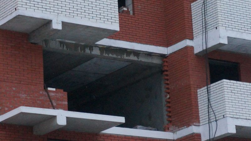 Стройка не первый месяц зияет черными дырами вместо окон. Фото: ©День.org