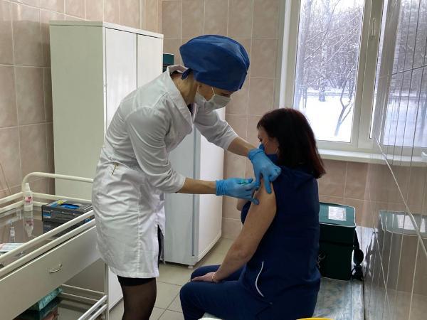 На 25 декабря вакцинацию от COVID-19 в Удмуртии прошли более 300 медиков. Фото: mzur.ru