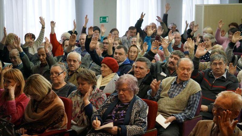 На собрании представителей общественности люди проголосовали за разрыв отношений с УКСом, но их мнения не спросили. Фото: «ДЕНЬ.org»