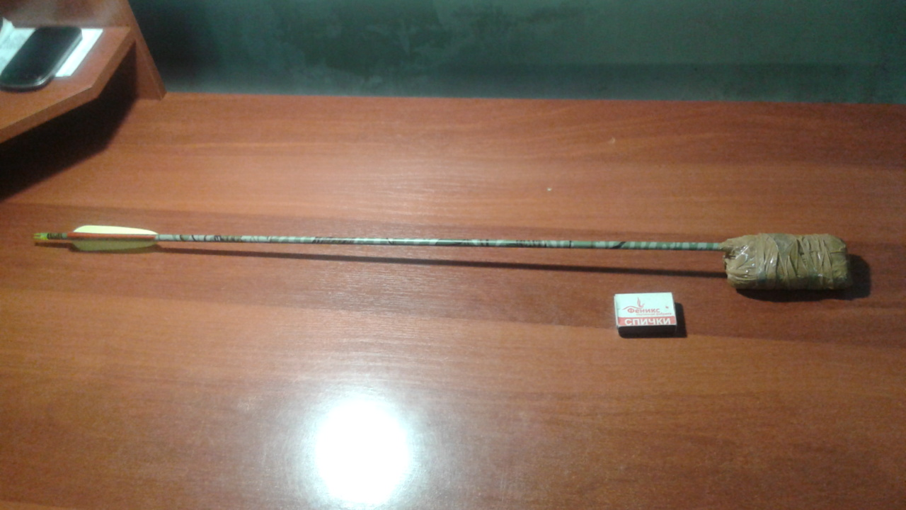 Стрела арбалета с привязанным к ней телефоном найдена на территории одной из колоний. Очевидно, цель не достигла своего адресата. Фото: пресс-служба УФСИН по Удмуртии