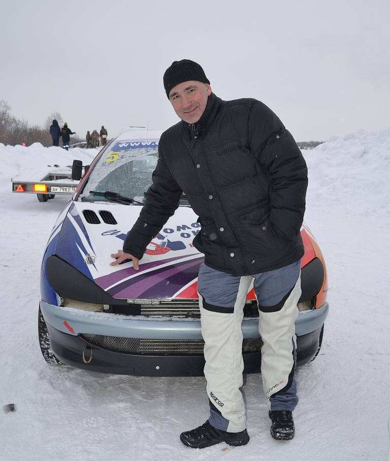 «Доктору» Дмитрию Богоявленскому еще предстоит разобраться в причинах «болезни» мотора на его Peugeot-206. Фото: Александр Поскребышев