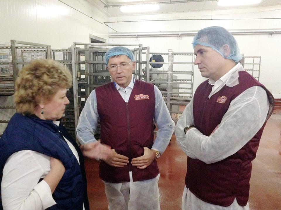 Руководители «КОМОСа» на Кунгурском мясокомбинате. Фото: со страницы «КОМОС ГРУПП» в «Фейсбуке».