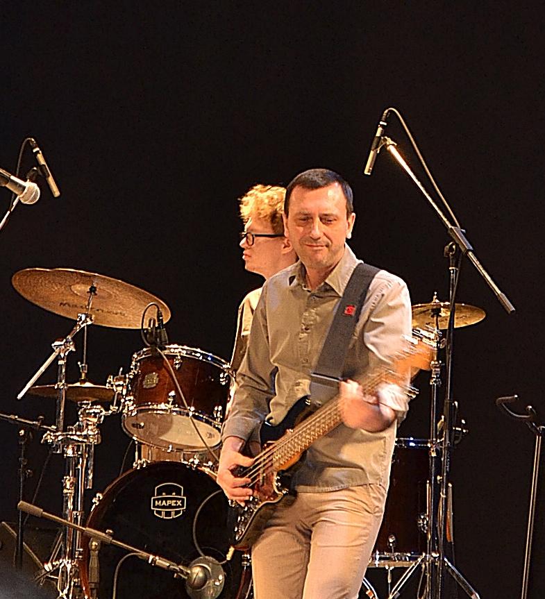 Если бы фронтмены тура Blues Power дали бас-гитаристу Владимиру «Бобу» Апаницыну больше «слов» в сольных партиях, то концерт в Ижевске мог стать круче самого крутого. Фото: Александр Поскребышев