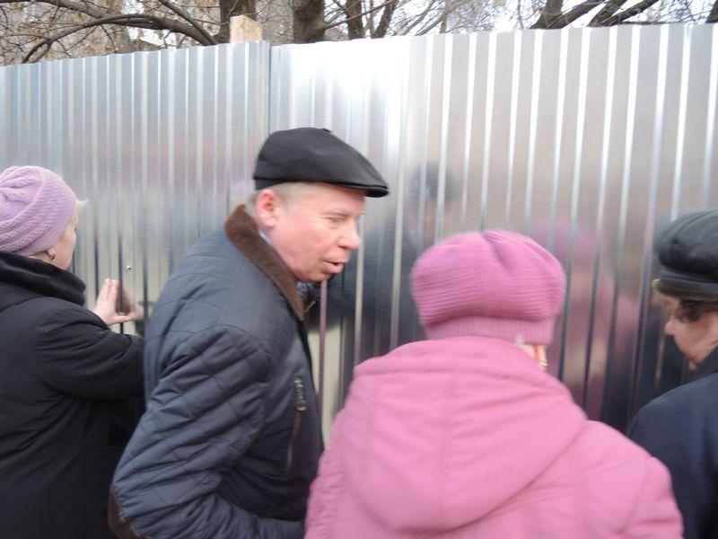 На пикете 23 апреля лично засветился 1-й секретарь рескома КПРФ Владимир Бодров. Фото Юлии Сунцовой.