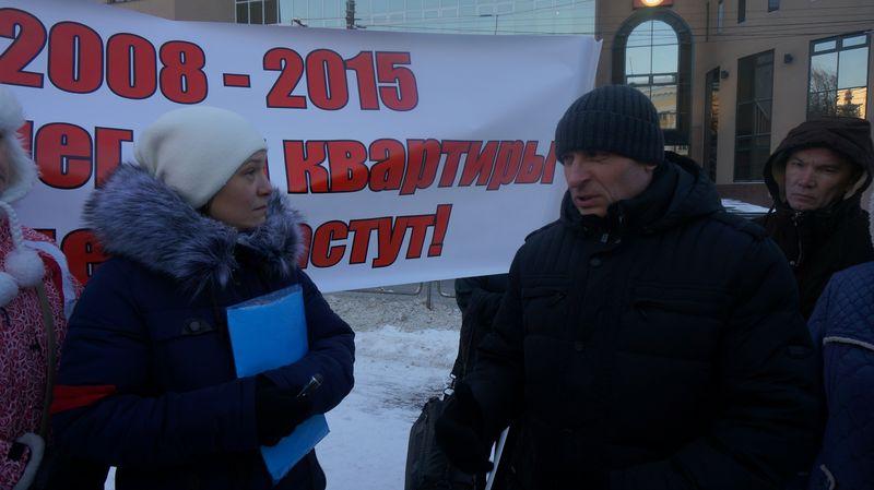 Дольщики с сочувствующим, но бессильным замминистра строительства А. Кловзником. Фото: ©«ДЕНЬ.org»