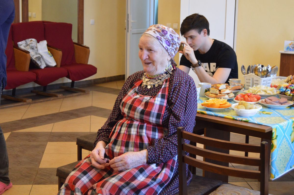 Именинница Зоя Сергеевна получает поздравления от «Бурановских бабушек» и гостей. Фото: © «ДЕНЬ.org»