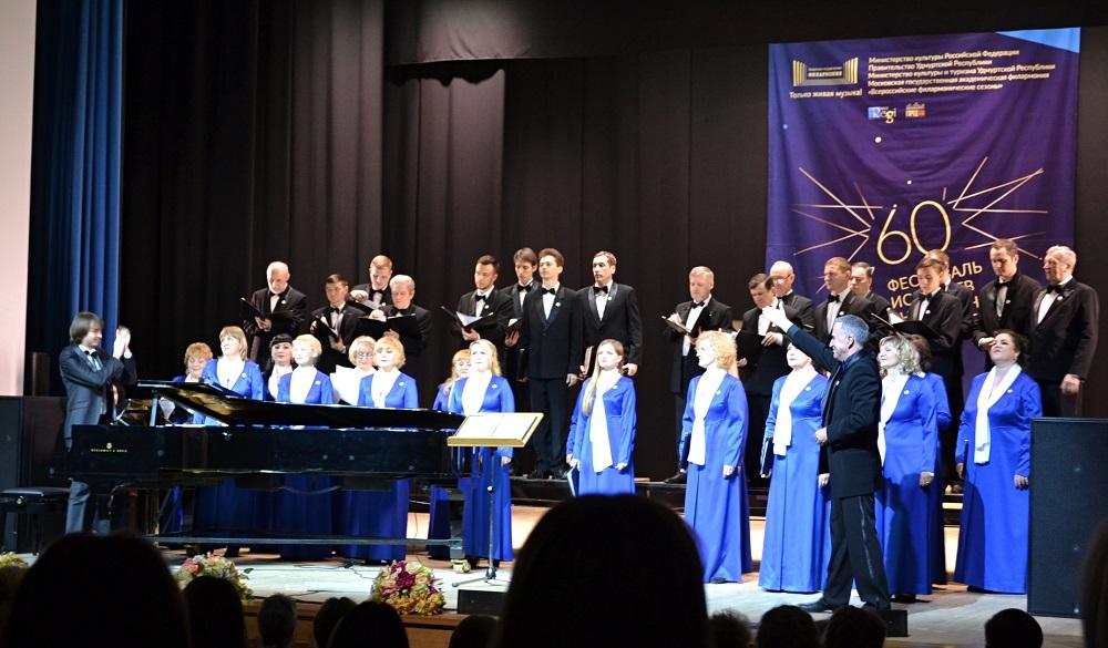 Аплодисменты солиста артистам Академической хоровой капеллы Удмуртии. Фото: Александр Поскребышев