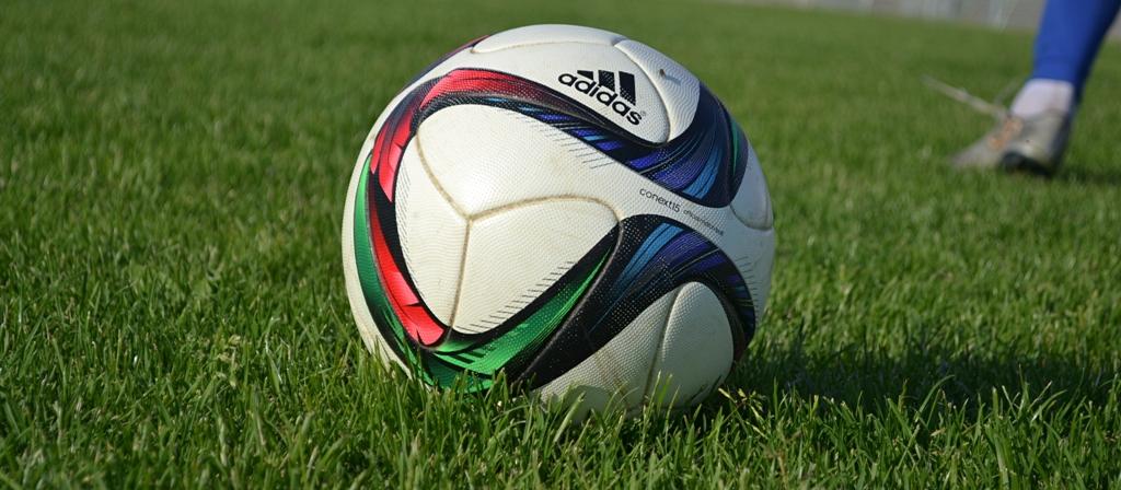 В весенней части сезона мячи на футбольном поле ЦРС «Зенит» пока не могут позволить себе кататься в траве, как это было прошлым летом. Фото: Александр Поскребышев