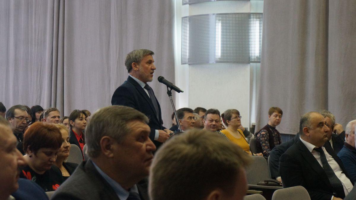Николай Леонов задавал вопросы кандидатам. Фото: © «ДЕНЬ.org»