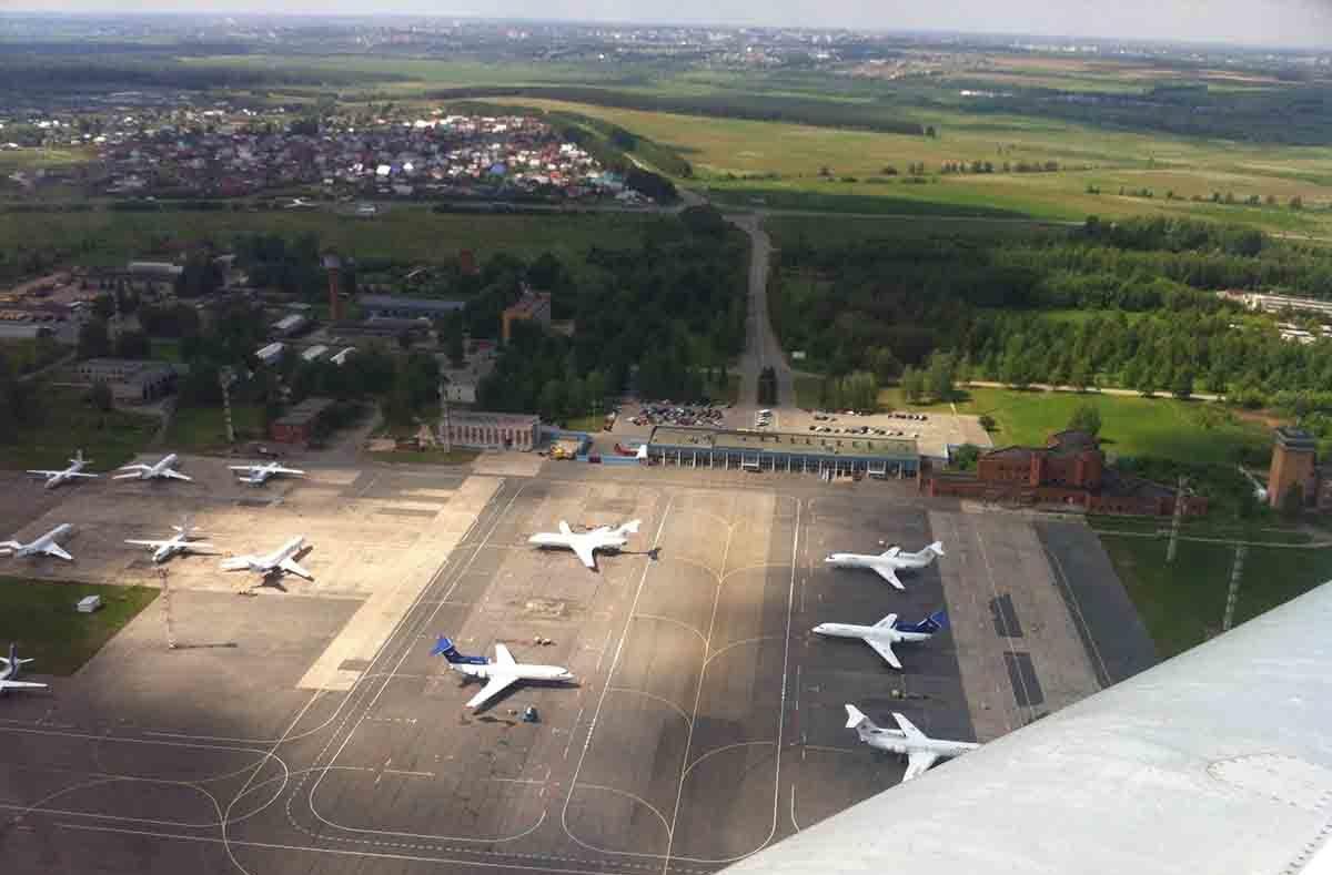 С высоты на старых кадрах хорошо видно, как сам аэропорт «Ижевск», так и разрушенные (в настоящее время) планы воздвигнуть рядом международный терминал. Фото: aviateka.su