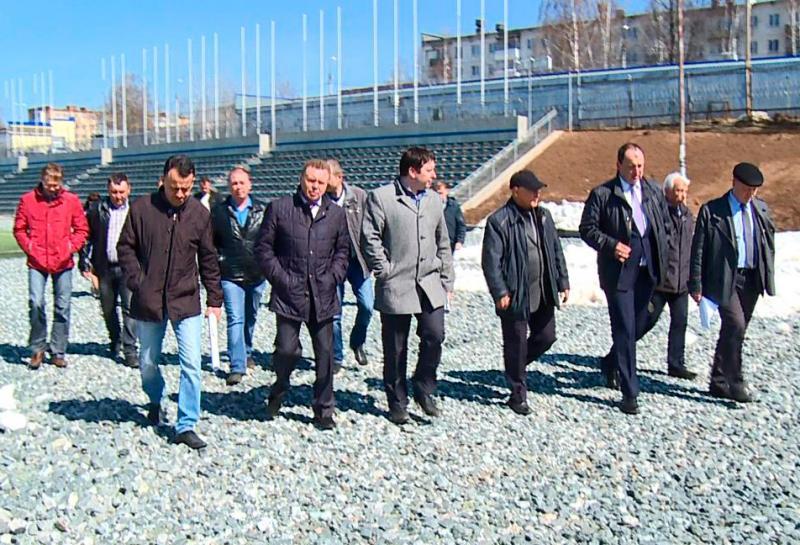 Совещание в конце апреля 2015 года, на котором было высказано, что работы на стадионе затягиваются. Фото: votkinsk.net