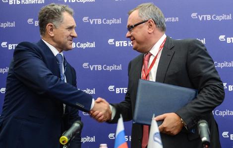 Президент УР Александр Волков и президент ВТБ Андрей Костин договорились «на мосту». Сентябрь 2013 г. Фото www.vtb.ru