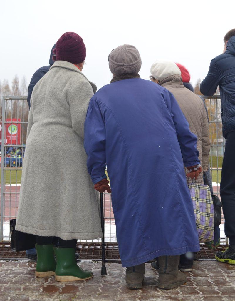 Поглядеть на женский футбол в Ижевске приходят даже… бабушки. Фото: Александр Поскребышев