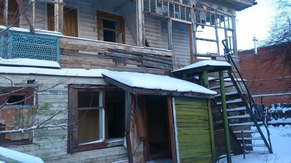 Сейчас в этих развалинах трудно разглядеть памятник деревянного зодчества. Фото: Ильдар Закиров