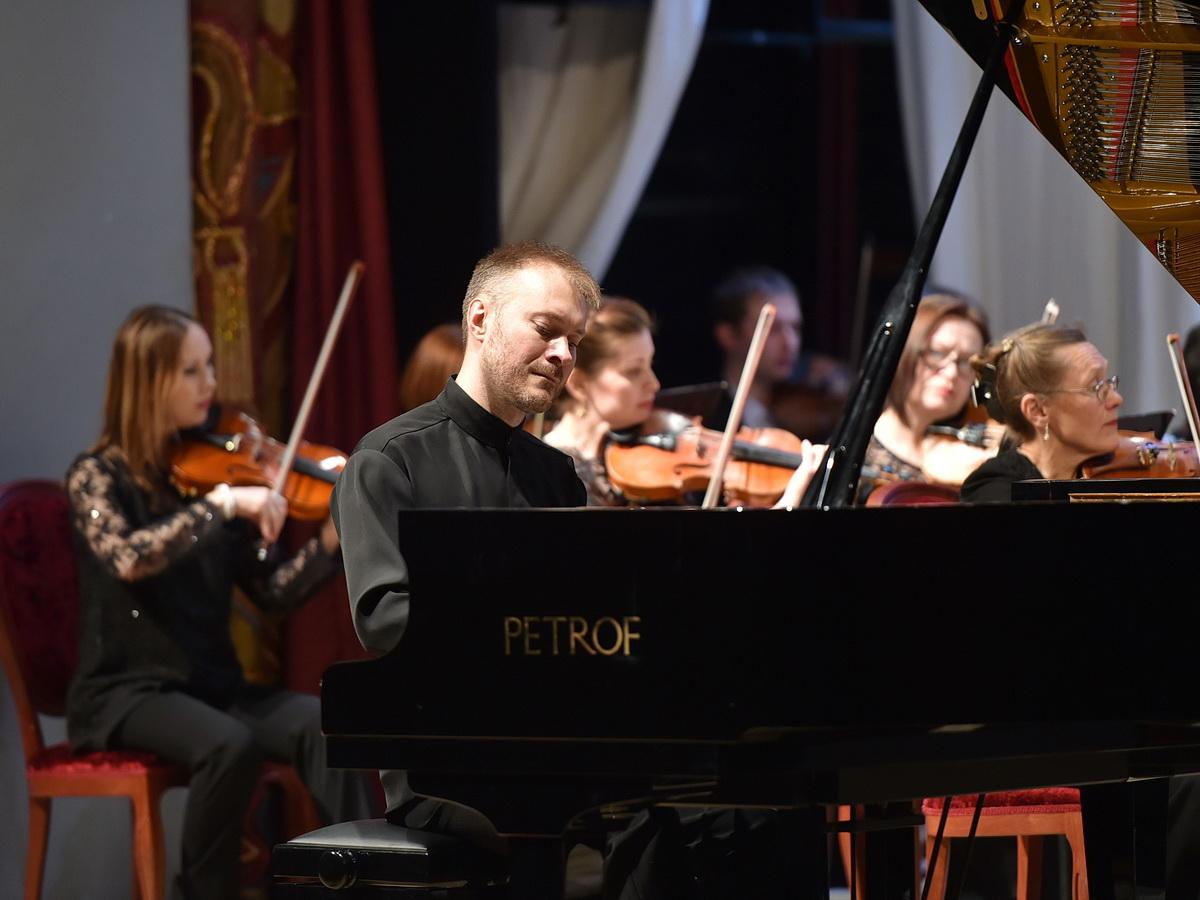 Михаилу Шиляеву пришлось играть на рояле-ветеране Petrof. Фото: udmurt.ru