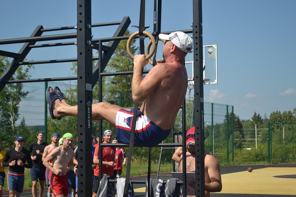 Врач команды Андрей Щеголев «держит угол» на гимнастических  кольцах. Фото: Александр Поскребышев