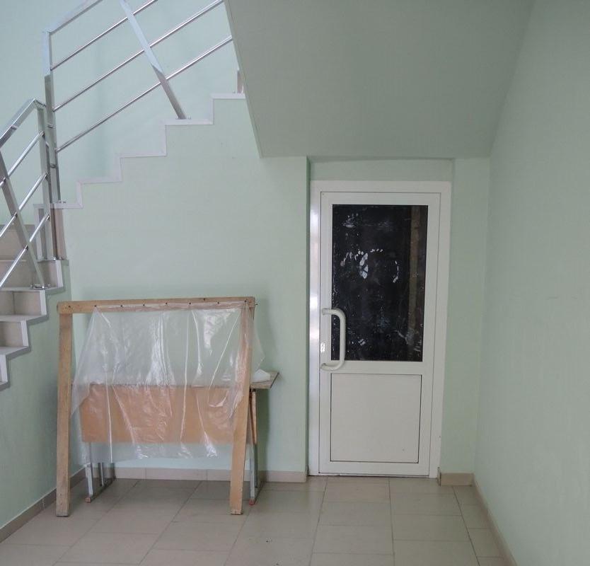 За эти перила с 1-го на 2-й этаж, если верить документам, было уплачено 4,8 млн рублей. Фото: «ДЕНЬ.org»