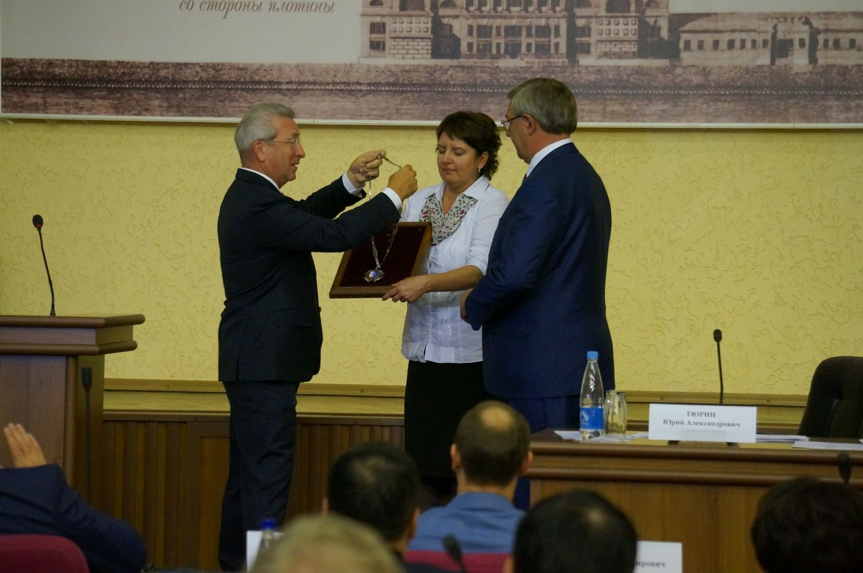 Ушаков передает бразды правления новому главе города Юрию Тюрину. Фото: ©День.org