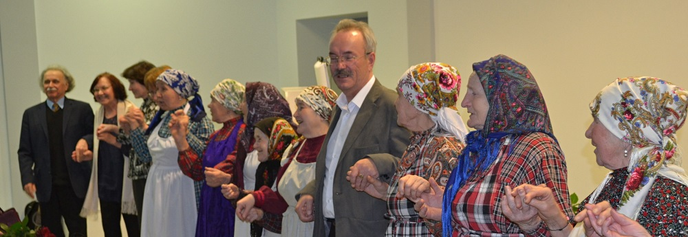 Юбиляра пришли чествовать «Бабушки из Бураново». Фото: Александр Поскребышев