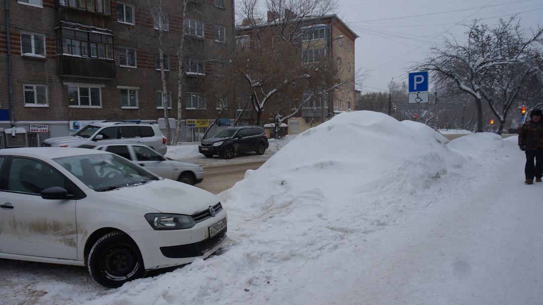 Сугроб у пятого корпуса УдГУ. Фото: «ДЕНЬ.org»