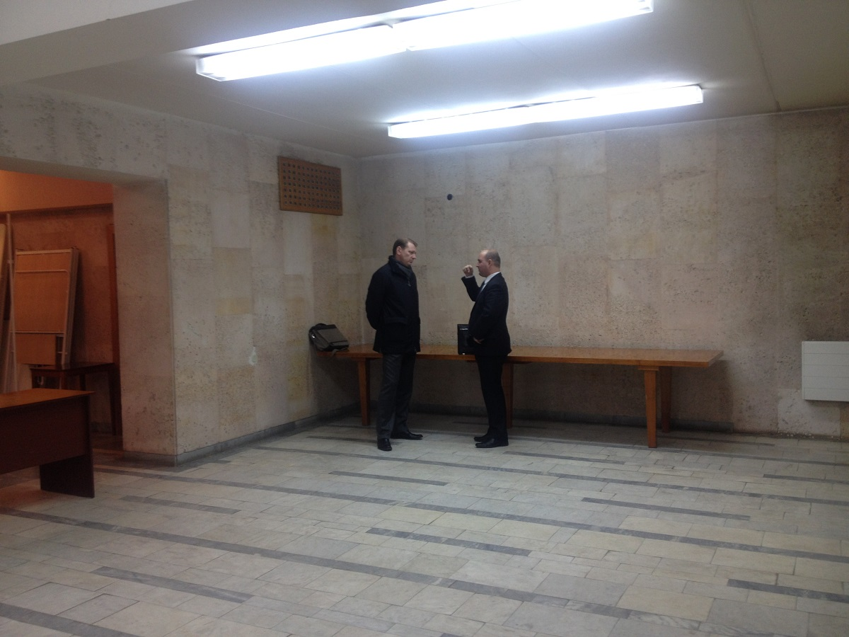 Нашелся все-таки на слушаниях человек, заинтересованный в общении с главой Минпромторга, правда, только в кулуарах. Фото: © «ДЕНЬ.org»