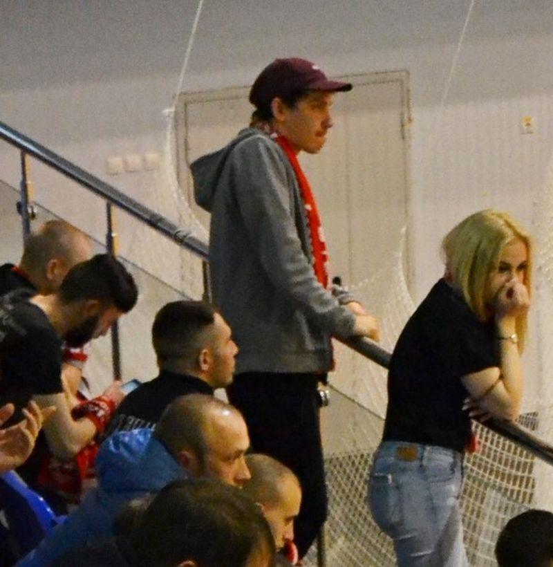 При счете 0:7 болельщики «Сибиряка» выглядели удрученными. Фото: Александр Поскребышев