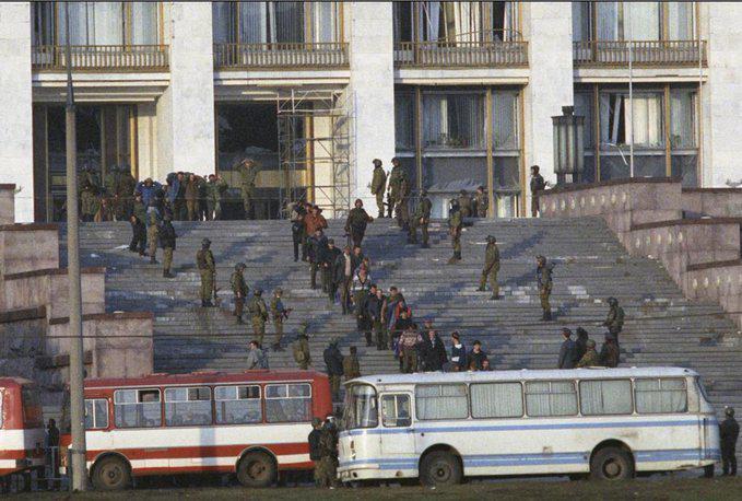 Последний в ХХ веке «трансферт» власти в России: спецназ выводит лидеров фронды Ельцину из здания Верховного Совета РФ.
