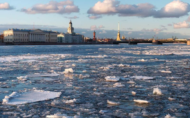 Ледоход на Неве жители Санкт-Петербурга наблюдают из окон своих квартир. Фото: photocentra.ru