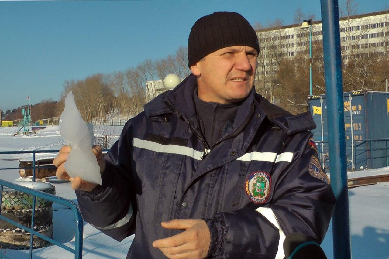 Cотрудники экстренных служб вытянули изводы провалившегося под лед рыбака вВоткинске