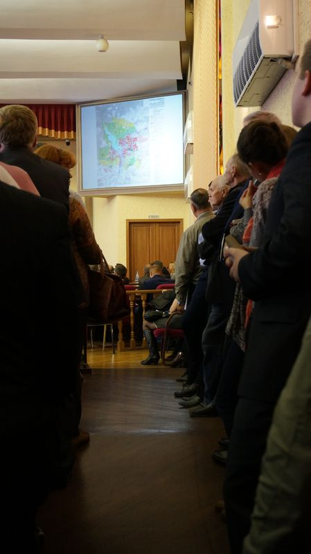 На слушаниях было так многолюдно, что горожане заняли все проходы в зале.Фото: © «ДЕНЬ.org»