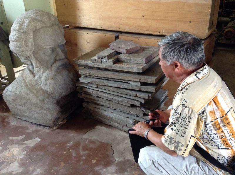 Владимир Короленко и автор скульптуры Борис Козлов. Фото ©«ДЕНЬ.org»