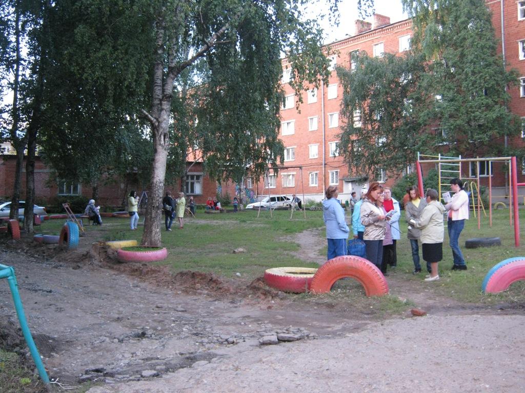 Люди собрались в ожидании Кандидатов. Фото ©День.org