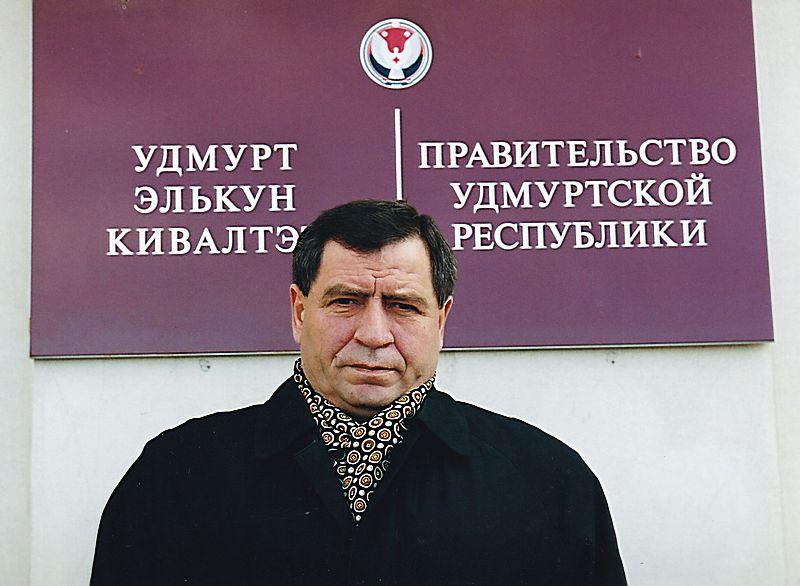Фото на память. Николай Ганза покидает Дом правительства УР. Фото: © Архив газеты «День», октябрь 2000 г.