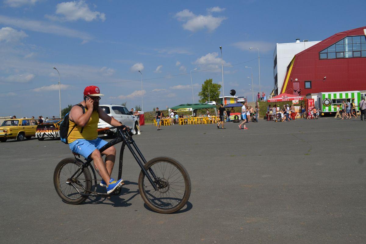 Кроме четырех колес гости феста могли передвигаться на своих двоих – ногах и колесах. Фото: Александр Поскребышев