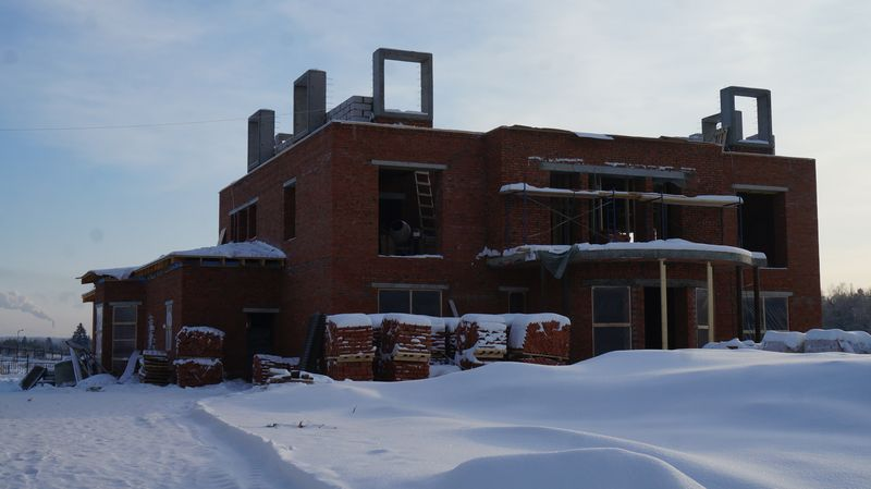Уже по коробке будущего дома Виктора Савельева чувствуются большие площади. Фото: «ДЕНЬ.org»