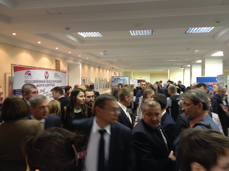 Аншлаг у входа в зал торжественных мероприятий на Объединенном международном форуме Удмуртии. Фото: День.org